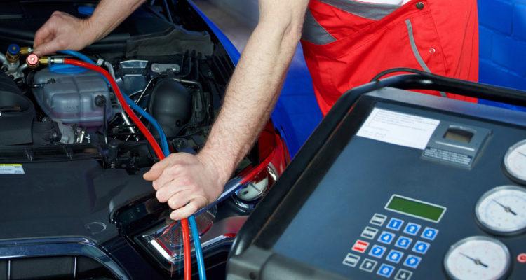 Come ricaricare il gas dell'aria condizionata dell'auto